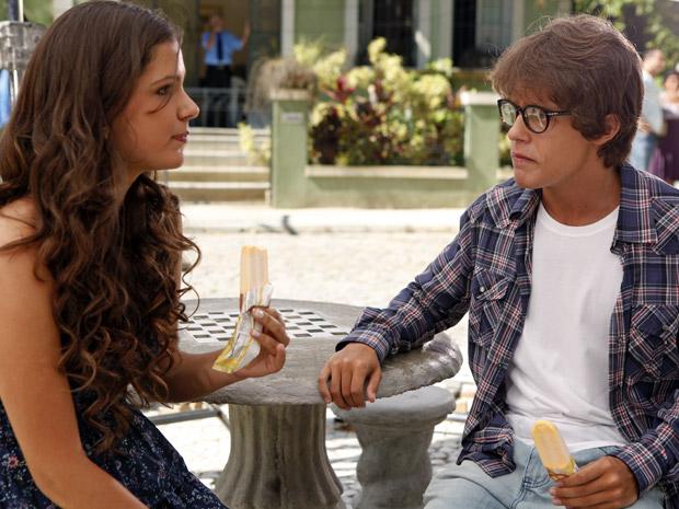 Graciosa e Orlandinho conversam na praça (Foto: Aquele Beijo/TV Globo)