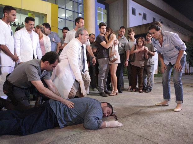Bandido cai de terraço e morre (Foto: Fina Estampa / TV Globo)