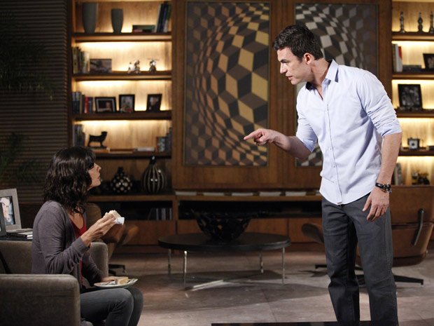 Juan fica possesso ao ver Chiara interrompendo o jejum (Foto: Fina Estampa / TV Globo)