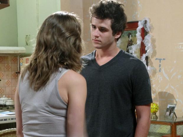 Laura tenta convencer Guido que ninguém mais vai afastar os dois (Foto: Malhação / TV Globo)