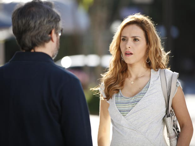 Celina resolve baixar a guarda e procura o ex (Foto: A Vida da Gente / TV Globo)