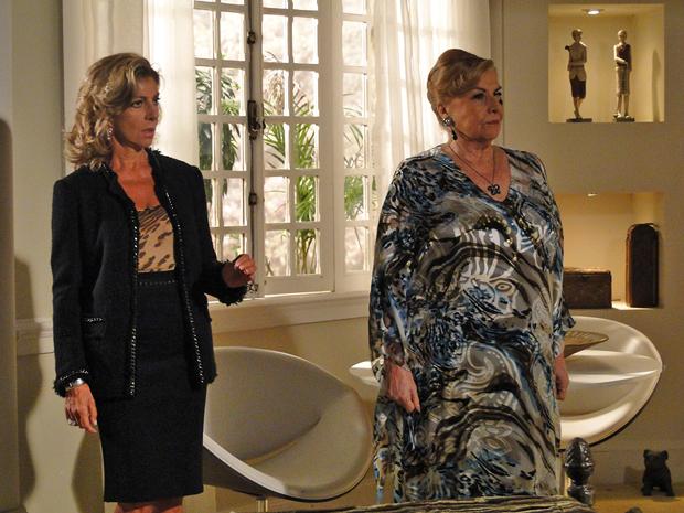 Maruschka fica chocada ao saber que Lena está aliada a Regina (Foto: Aquele Beijo/TV Globo)