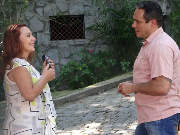 Olga conversa com Tibério  (Foto: Aquele Beijo/TV Globo)