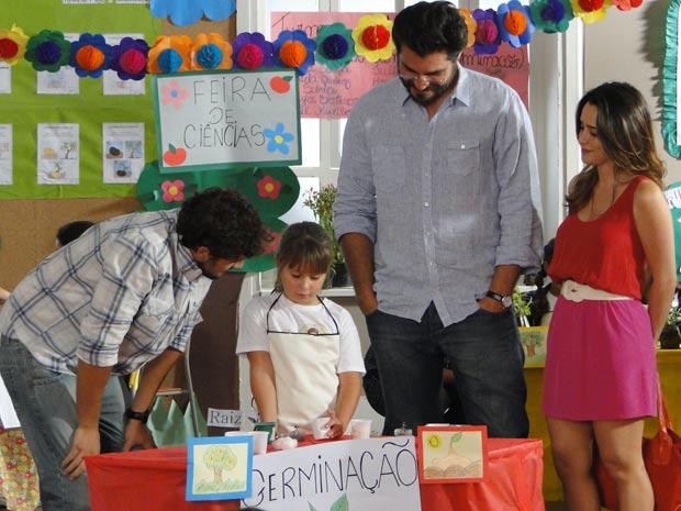 Rodrigo tenta disfarçar o mal-estar (Foto: A Vida da Gente / TV Globo)