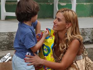 Teodora vai terminar a novela com Quinzé e Quinzinho (Foto: Fina Estampa/TV Globo)