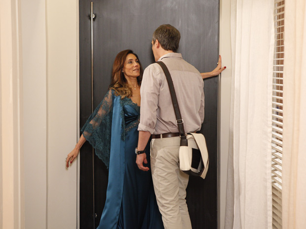 Tereza Cristina se oferece para René (Foto: Fina Estampa / TV Globo)