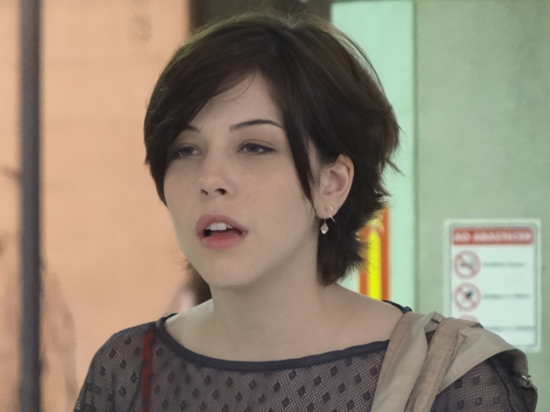 Alexia vê Cristal e Gabriel juntos na lanchonete e fica furiosa (Foto: Malhação / TV Globo)