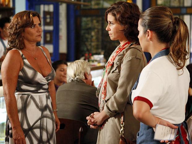 Amália pede para Claudia sair do restaurante (Foto: Aquele Beijo/TV Globo)