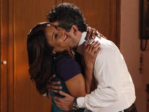 Celeste e Baltazar se trancam no quarto e deixam Crô esperando (Foto: Fina Estampa/TV Globo)