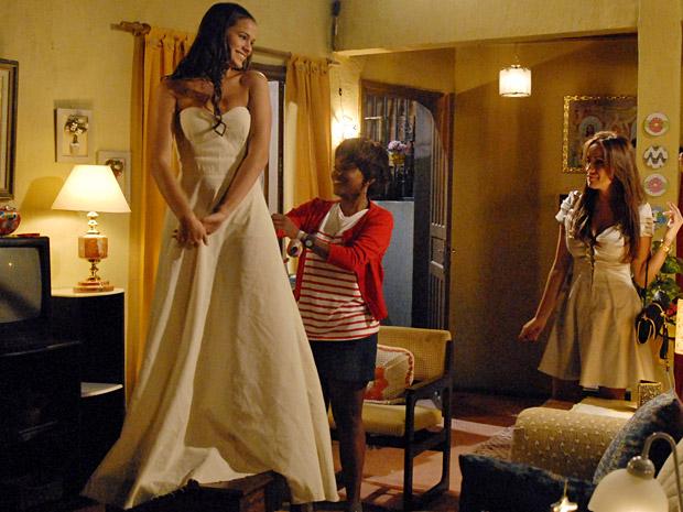 Marisol faz os detalhes do vestido de Belezinha (Foto: Aquele Beijo/TV Globo)