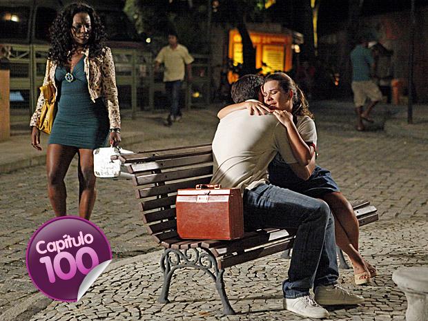 Bernadete vê Ricardo e Camila abraçados (Foto: Aquele Beijo / TV Globo)