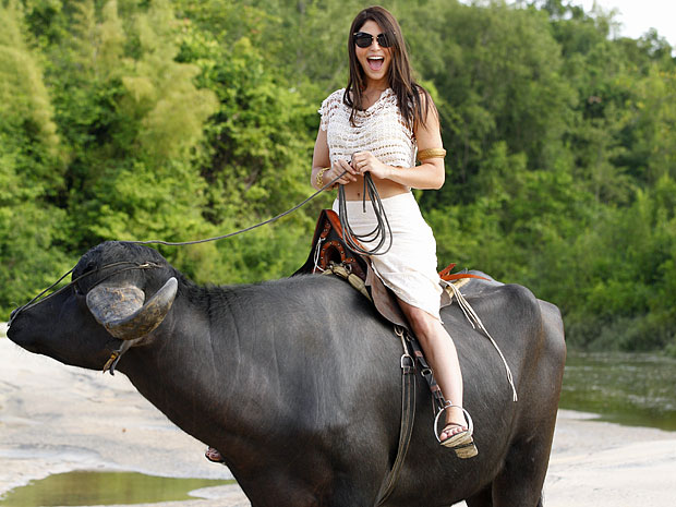 Carol Castro se diverte ao montar um búfalo na Ilha de Marajó (Foto: Amor Eterno Amor/TV Globo)
