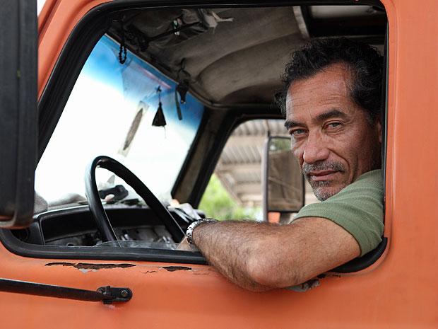 Chico Diaz não teve dificuldade para reaprender a dirigir um caminhão (Foto: Amor Eterno Amor/TV Globo)
