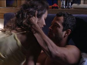 Deborah leva Quinzé para cama (Foto: Fina Estampa/TV Globo)