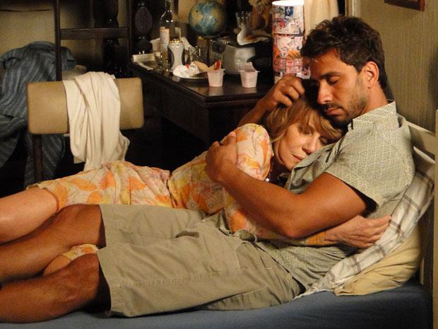 Enzo oferece apoio à Danielle e ela vai dormir na casa do malandro (Foto: Fina Estampa/TV Globo)