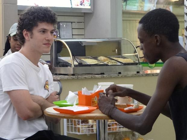 Gabriel fica admirado em ver o entusiasmo de Tiziu com as aulas de Kung Fu (Foto: Malhação / TV Globo)