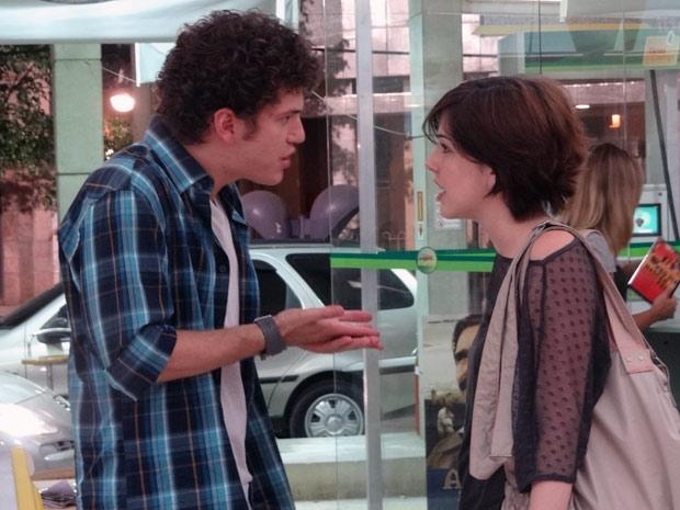Gabriel tenta se explicar com Alexia (Foto: Malhação / TV Globo)