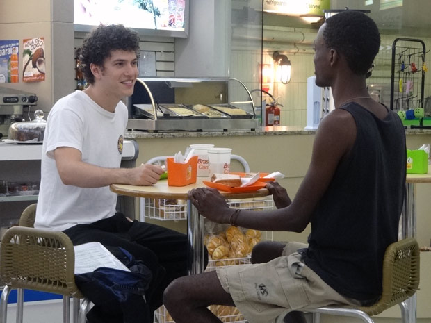 Gabriel se oferece para dar aulas de Kung Fu a Tiziu (Foto: Malhação / TV Globo)
