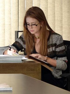 Marina mudou o visual, mas manteve a cor vermelha nos cabelos (Foto: Amor Eterno Amor/TV Globo)