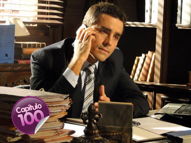 Vicente liga para Claudia e diz que perdeu o cargo (Foto: Aquele Beijo / TV Globo)