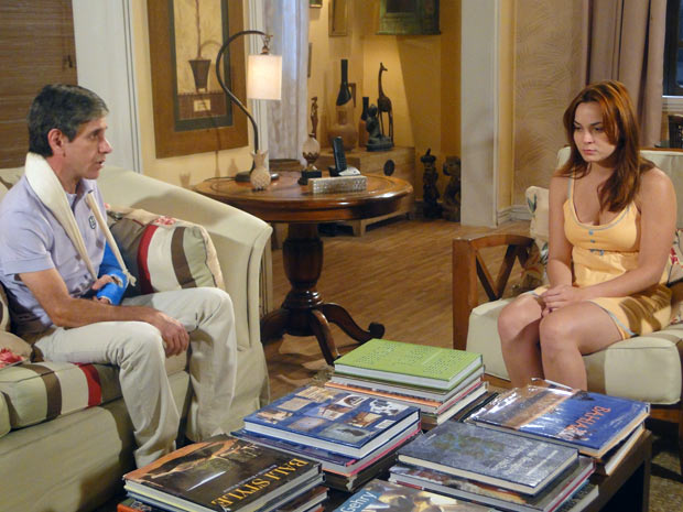Vinícius diz a Débora que vai morar em Brasília (Foto: Malhação / TV Globo)