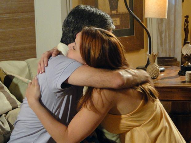 Débora abraça o pai emocionada (Foto: Malhação / TV Globo)