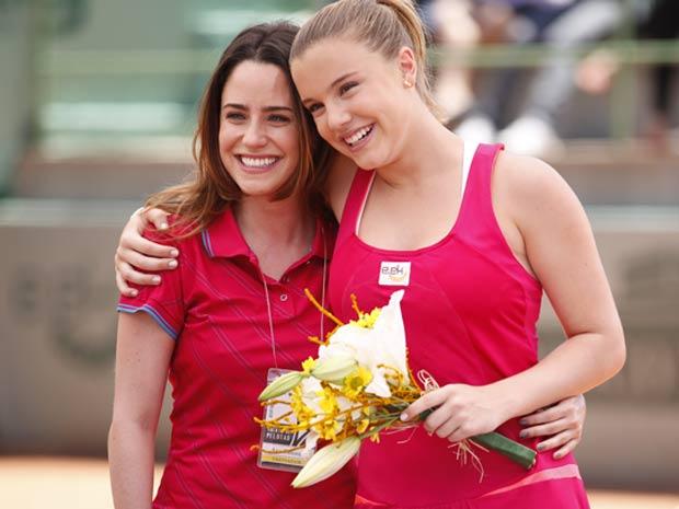 Ana fica emocionada e vai dar um abraço de felicidade na campeã (Foto: A Vida da Gente / TV Globo)