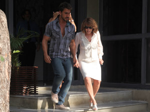 Danielle consegue fugir dos jornalistas (Foto: Fina Estampa/TV Globo)
