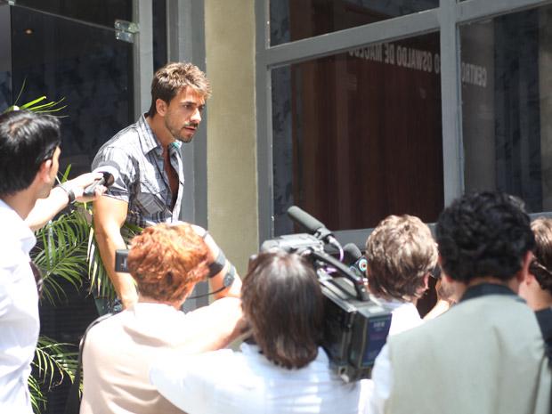 Enzo defende Danielle e enfrenta Beto Junior (Foto: Fina Estampa/ TV Globo)