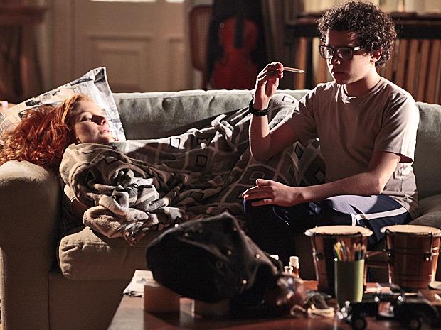 Preocupado, Francisco mede a temperatura de Nanda e resolver cuidar dela (Foto: A Vida da Gente/ TV Globo)