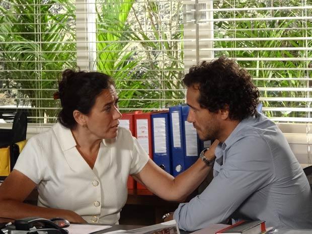 Guaracy agradece Griselda e os dois ficam bem juntinhos (Foto: Fina Estampa / TV Globo)