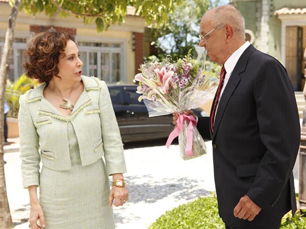 Felizardo obriga Locanda a falar com o sujeito que está na praça (Foto: Aquele Beijo/TV Globo)