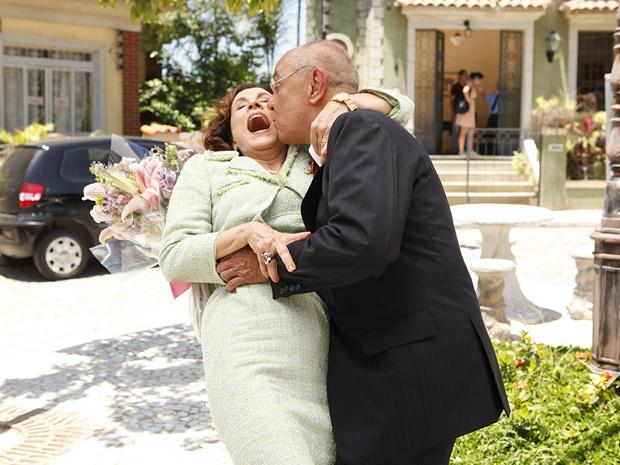 Irmão de Raimundinha tenta agarrar Locanda (Foto: Aquele Beijo/TV Globo)