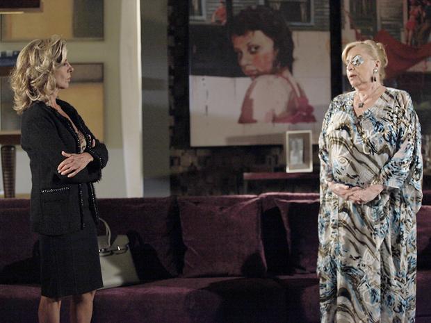 Mirta pede para Marushcka não procurar Regina (Foto: Aquele Beijo/TV Globo)