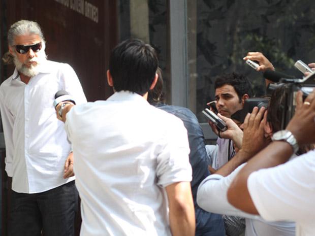Pereirinha despista jornalistas para Danielle conseguir sair do prédio (Foto: Fina Estampa/TV Globo)