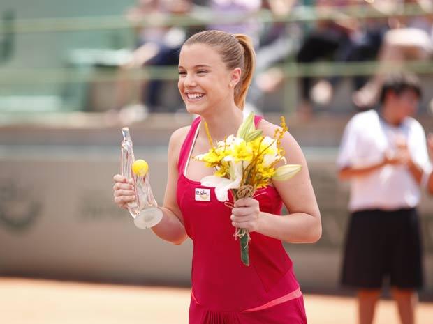 Sofia recebe o troféu e faz um agradecimento especial a Ana (Foto: A Vida da Gente / TV Globo)