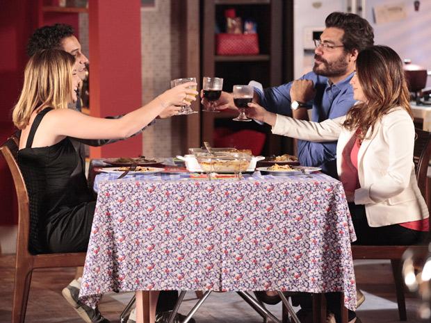 Na casa de Ana, casais brindam as conquistas de Sofia durante o campeonato (Foto: A Vida da Gente/ TV Globo)