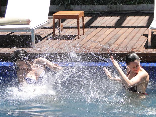 No passado, Ana e Manu se divertam brincando na piscina (Foto: A Vida da Gente/ TV Globo)