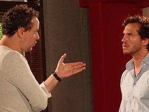 Guaracy conta para Paulo que Esther fugiu com Victoria (Foto: Fina Estampa/TV Globo)