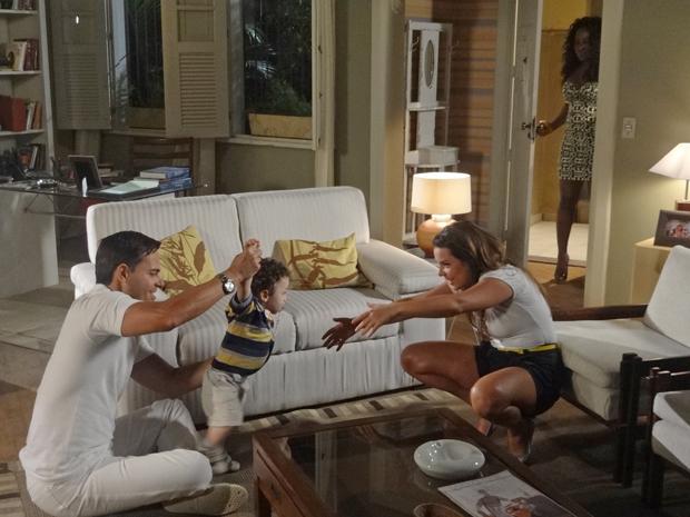 Bernadete fica incomodada ao ver Ricardo e Camila juntos (Foto: Aquele Beijo/TV Globo)
