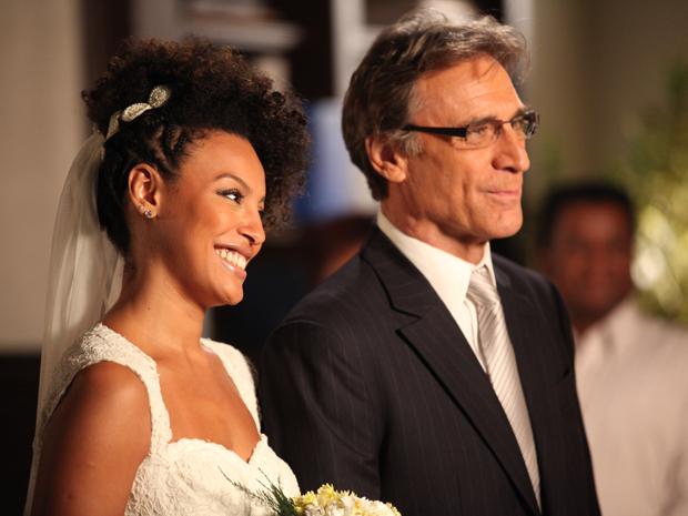 Alberto e Sarita dizem sim (Foto: Aquele Beijo/TV Globo)