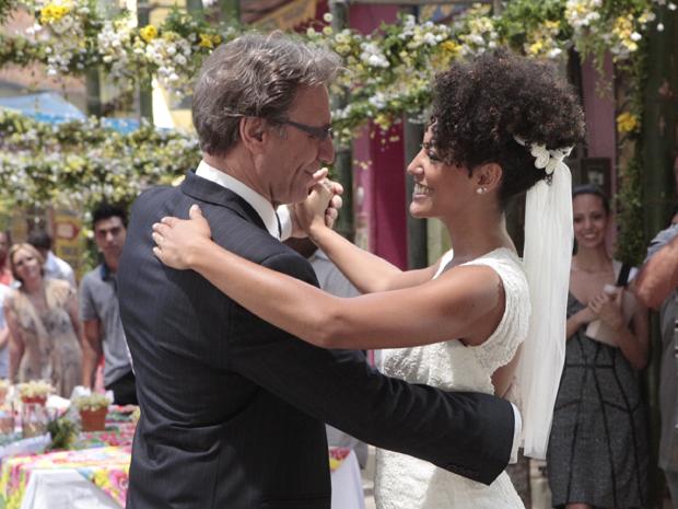 Alberto e Sarita dançam a primeira música como marido e mulher (Foto: Aquele Beijo/TV Globo)