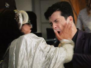 Ashuarya se choca e dá um tapa nele (Foto: Aquele Beijo/TV Globo)