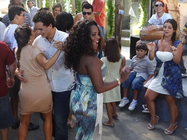 Bernadete vai dançar (Foto: Aquele Beijo/TV Globo)