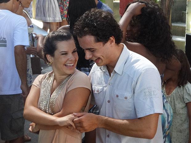Camila se diverte com Carneirinho (Foto: Aquele Beijo/TV Globo)