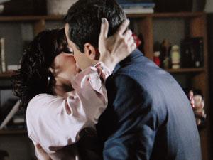 Claudia e Vicente se beijam (Foto: Aquele Beijo/TV Globo)