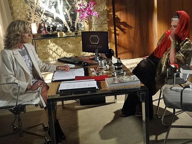 Maruschka e Ashuarya conversam na Comprare (Foto: Aquele Beijo/TV Globo)