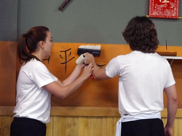 Débora e Filipe pintam as paredes da academia (Foto: Malhação/ TV Globo)