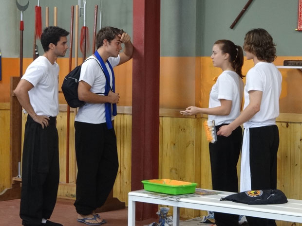Betão e Nando ficam chocados com o estrago que Débora fez (Foto: Malhação/ TV Globo)