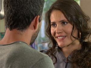 Deborah fica famosa (Foto: Fina Estampa/TV Globo)